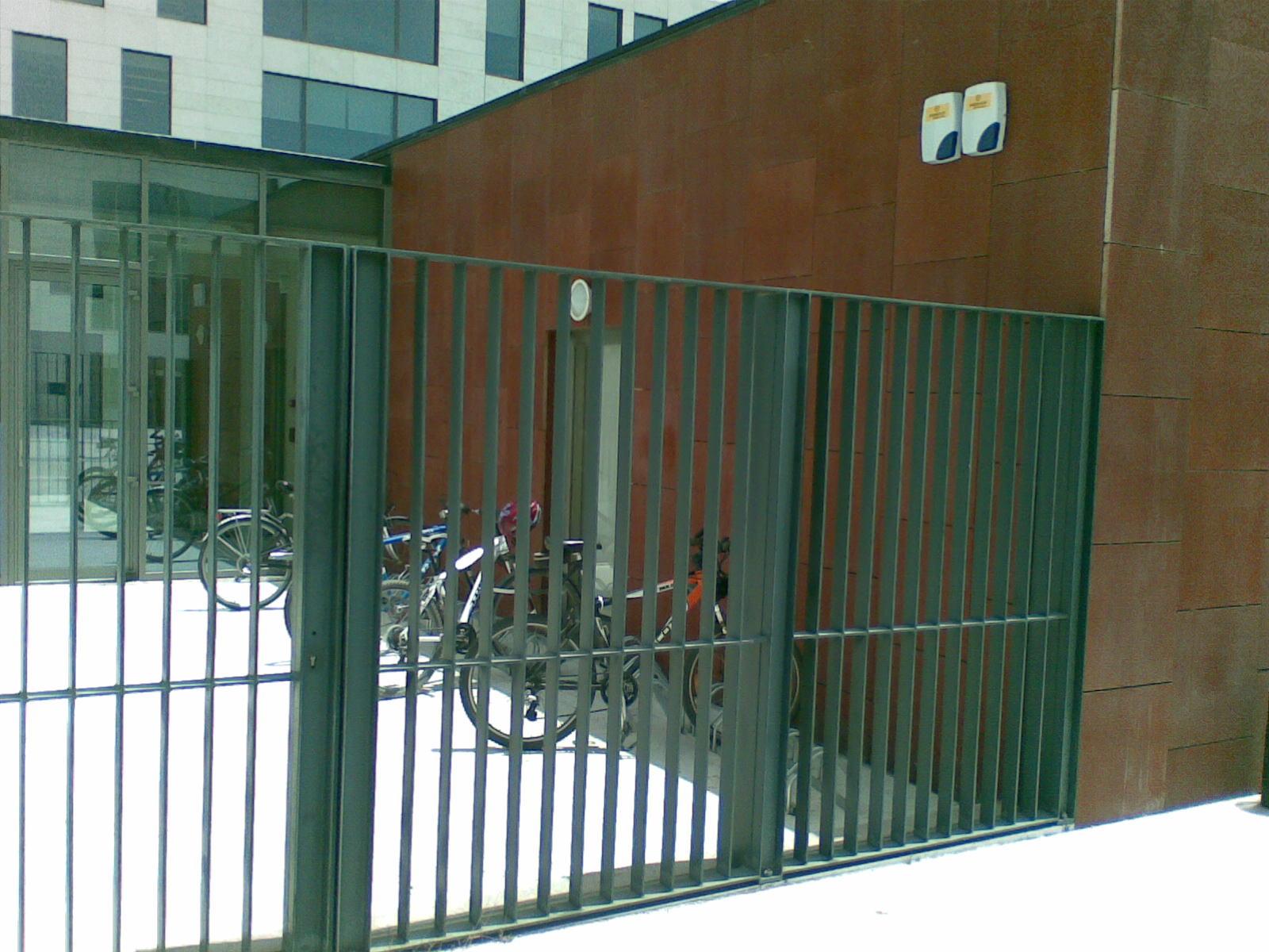 Parqueamento de bicicletas no átrio de entrada de instituição em Lisboa
