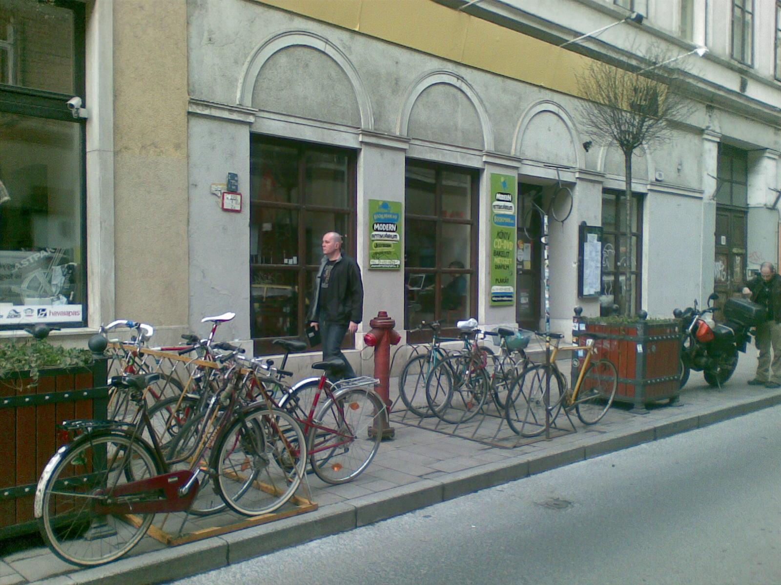 Parqueamentos amovíveis à porta de um café em Budapeste